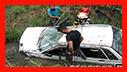 محبوس شدن راننده در پی سقوط و واژگونی خودروی سواری/ آتش نشانی رشت